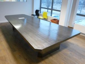 Konferenztisch in Stahl